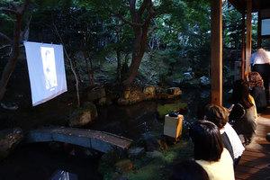 増野さんによる金猊スライドショーを見るため、縁側に移動中(撮影:丸井かおり)