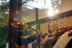 ヴァイオリンの谷本華子さんとヴィオラの中田美穂さん