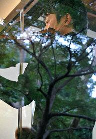 ヴァイオリンの佐藤一紀さんの背中に座・座の木の影が反射する。