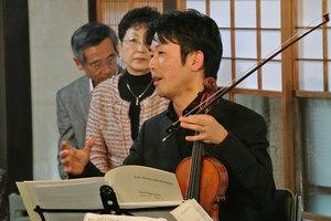 作曲家と曲の背景を説明する佐藤一紀さん。