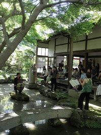 庭の演奏者と観客