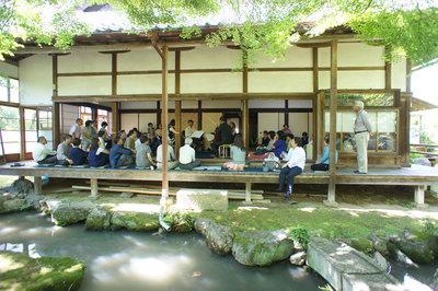 庭からの演奏風景:池・鯉・鳥・ヒト・演奏者がひとつになって 撮影:池本雅彦
