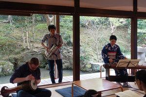 「即興演奏」 演奏:松澤佑紗(箏)、野村誠(鍵盤ハーモニカ)