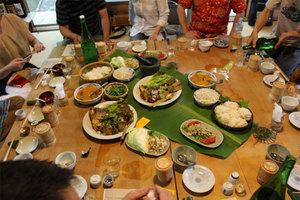 芭蕉葉をテーブルのセンターに敷いて、迫力ある料理、優しい料理、奥深い味。