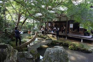 庭は木々や石組みが反響板になる自然のホールでもある