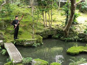 池のほとりで、鳥の声を聴きながら演奏するファゴットの安井悠陽